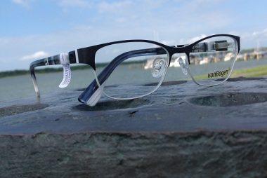 Brille mit Hafenansicht